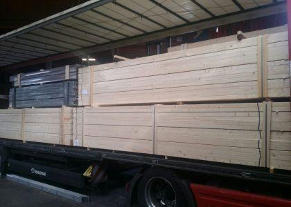 Auflieger mit Holz