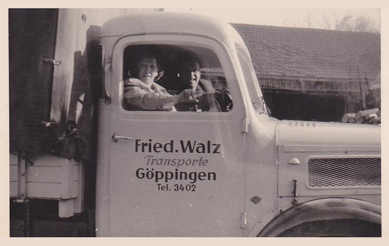Großvater und Großmutter im LKW